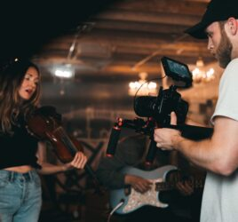 Sångerska som filmas när hon sjunger - Foto: Kyle loftus, Pexels